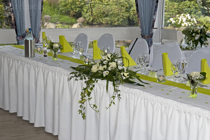 hochzeit-tisch-deko-ganzer-brauttisch-grün-weiß