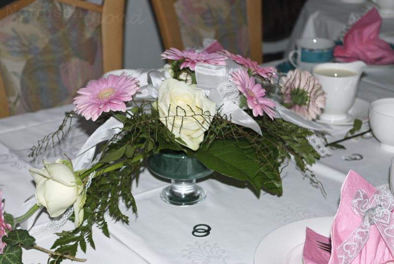 hochzeit-tisch-deko-kaffeetafel-rosen-gerbera-weiß-rosa