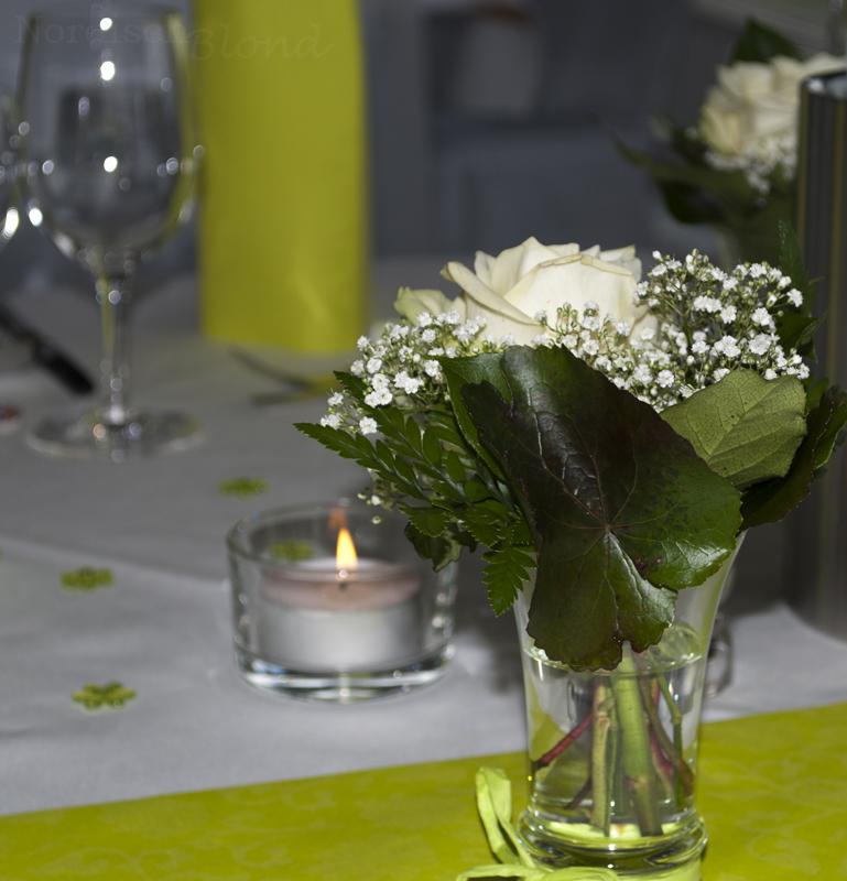 hochzeit-tisch-deko-weiße-rose-grün-weiß