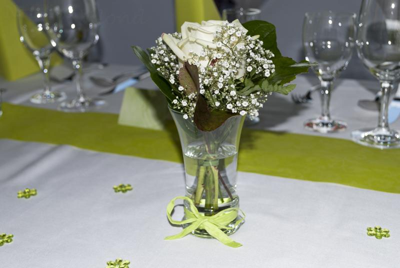 hochzeit-tisch-deko-weiße-rose-schleierkraut-grün-weiß